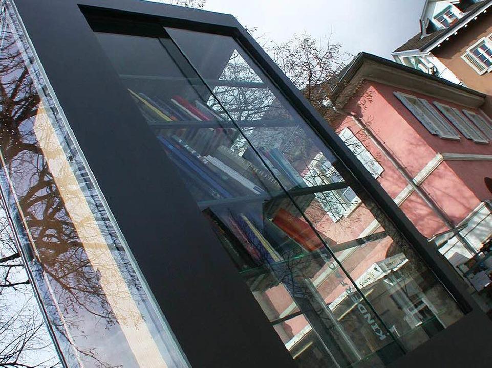 Glanzpunkt auf dem Lindenplatz – die neue Bücherkiste.  | Foto: André Hönig