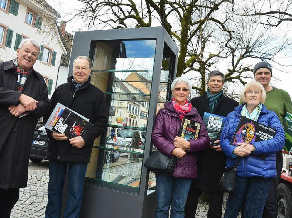 Bücherkisten-Paten, Lieferant und Vert...ung freuen sich über das neue Angebot.  | Foto: André Hönig