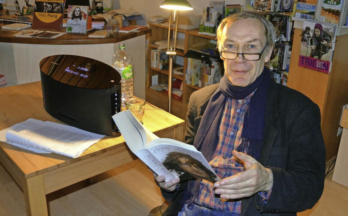 Achim Amme liest aus der Biographie von John Lennon    Foto: Nina Bärschneider