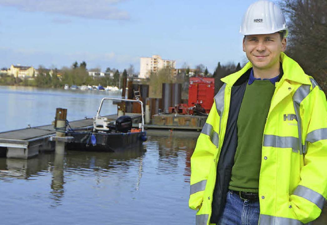 Christoph Hennlich von der Firma HPC s...s Wassersportclubs ist schon verlegt.     Foto: Ralf H. Dorweiler