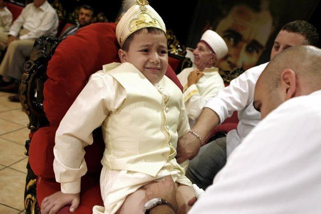 Familien feiern ausgelassen die Beschneidung der Söhne