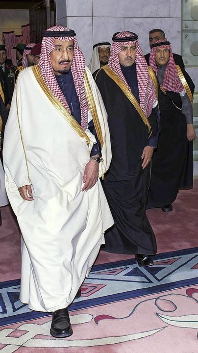 Der neue König Salman (links) und seine Entourage  | Foto: DPA