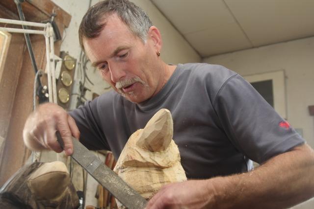 Bernauer Holzschnitzer erhält traditionelles Handwerk am Leben