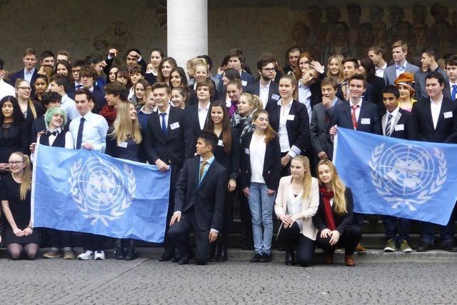 Gymnasiasten simulieren UNO-Sitzung