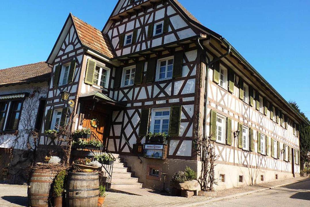 Das goldene Wirtshausschild ist schon ...enburger Gastronomie, muss schließen.   | Foto: Cornelia Weizenecker