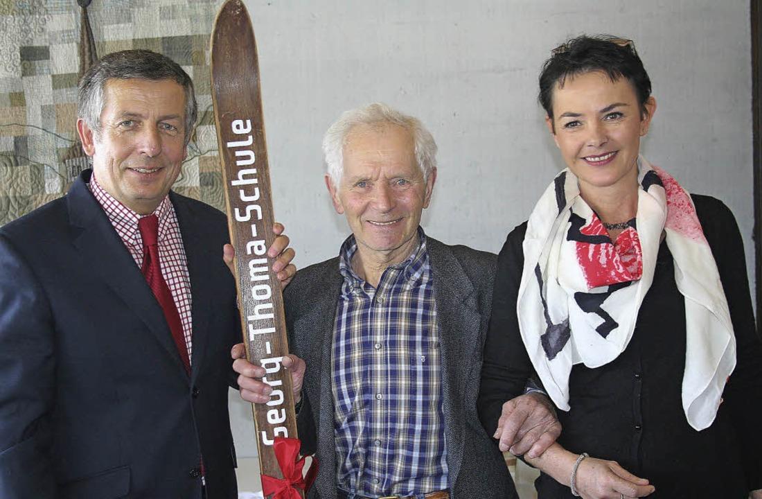 Ein historischer Ski mit der Bezeichnu...rg Thoma und Rektorin Friederike Lanz.  | Foto: Dieter Maurer