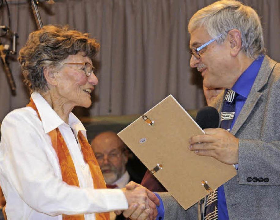 Hanspeter Hartung gratuliert der ältes...Maria Nutto aus Amoltern für 70 Jahre.    Foto: Christiane Franz