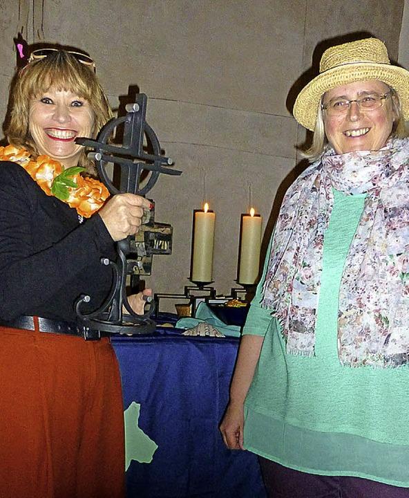 Anke Niehoff-Meyer überreicht das  Weltgebetstags-Symbol an Ute Engler.    Foto: vera Winter