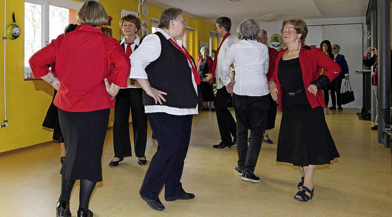 Unter Leitung von Inge Strittmatter pr...klore-Tanzgruppe internationale Tänze.  | Foto: Photographer: Gabriele Zahn