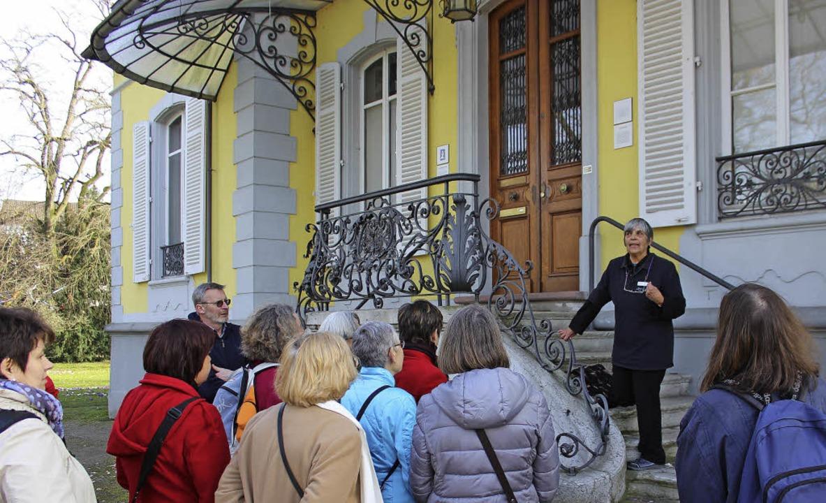 Stadtführerin Heike Röckel mit Zuhörern vor der Villa Aichele     Foto: Antje Gessner