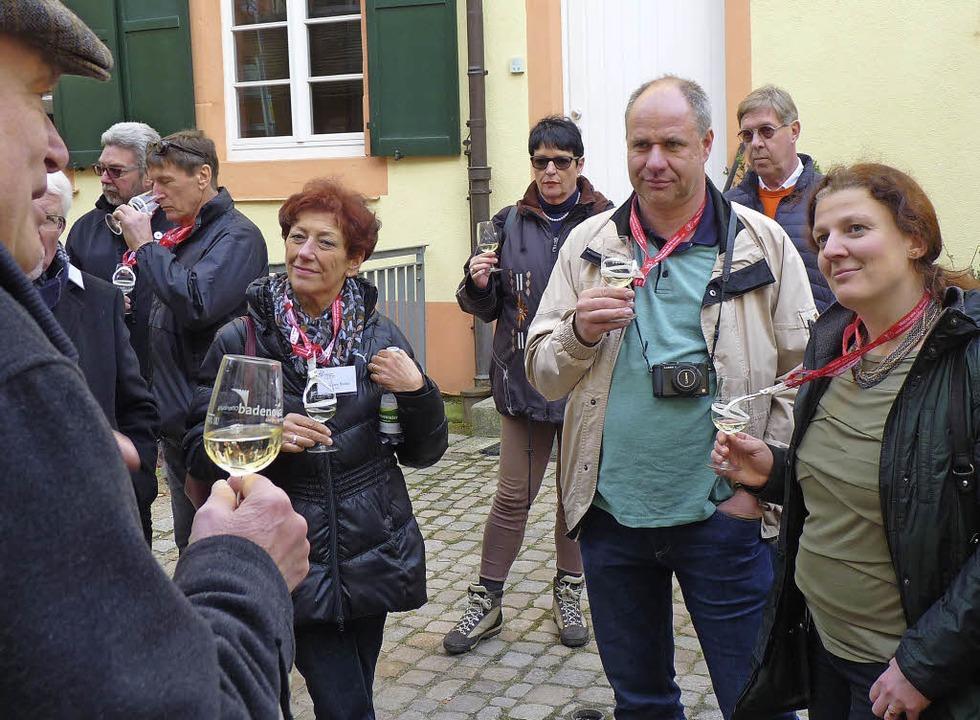Über den Weingenuss kommt man immer ins Gespräch.  | Foto: Cornelia Weizenecker