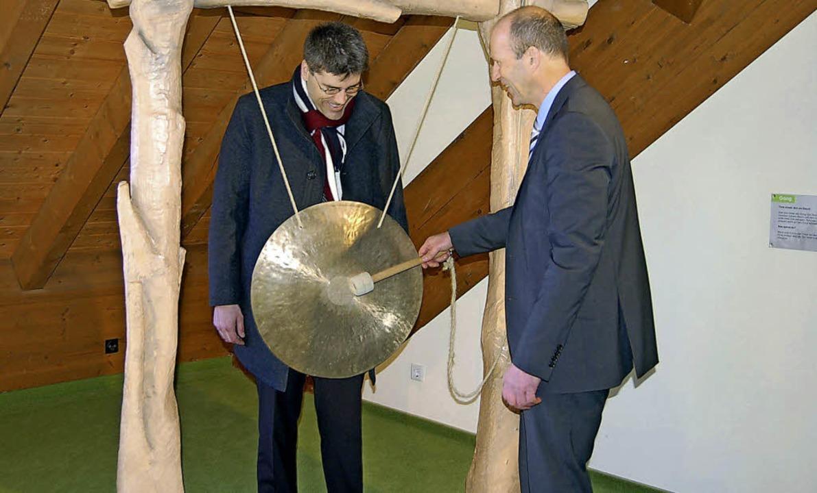 Mit Gong oder Trommel, so wie hier im ...er (links) in der Gemeinde ein Thema.     Foto: Claudia Renk