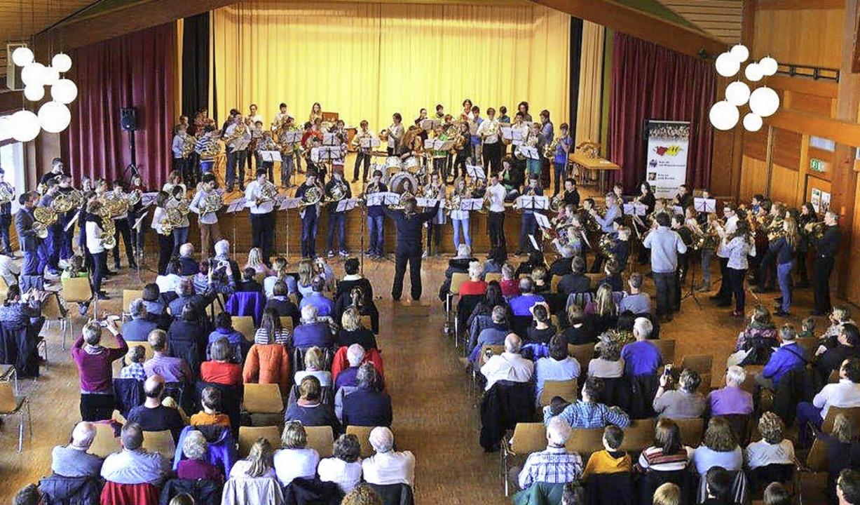 Beim Abschlusskonzert des Hornwochenen...ntsprechenden Ensembles ihrem Publikum    Foto: Karin Stöckl-Steinebrunner
