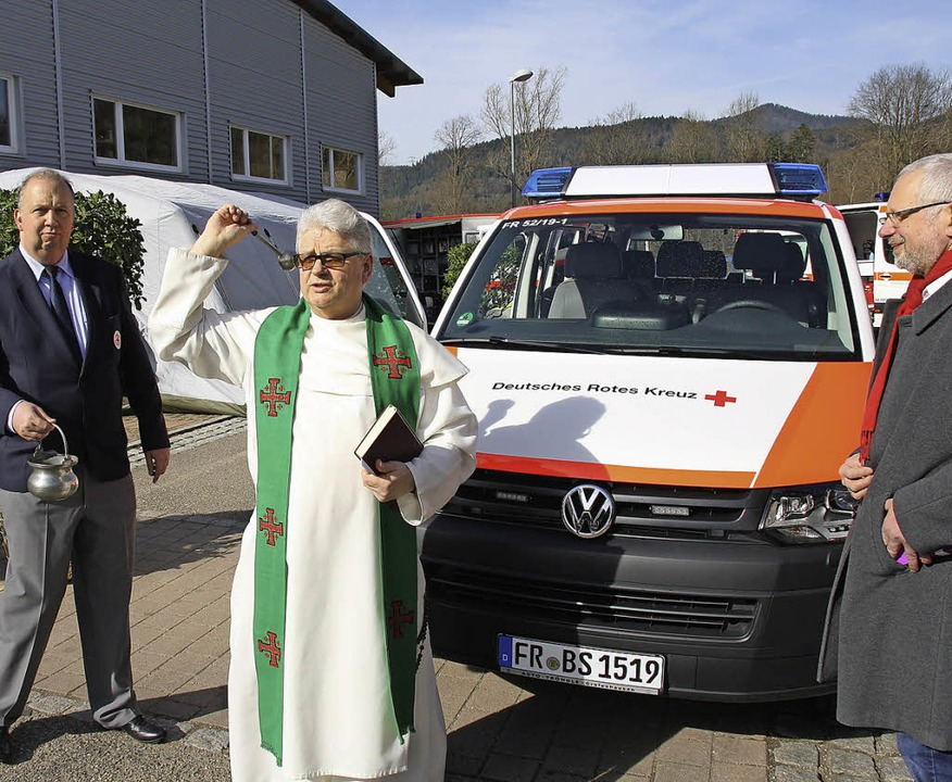 Bei der Fahrzeugweihe des DRK Stegen: ...Pfarrer Friedrich  Geyer (von links).   | Foto: Andreas Peikert
