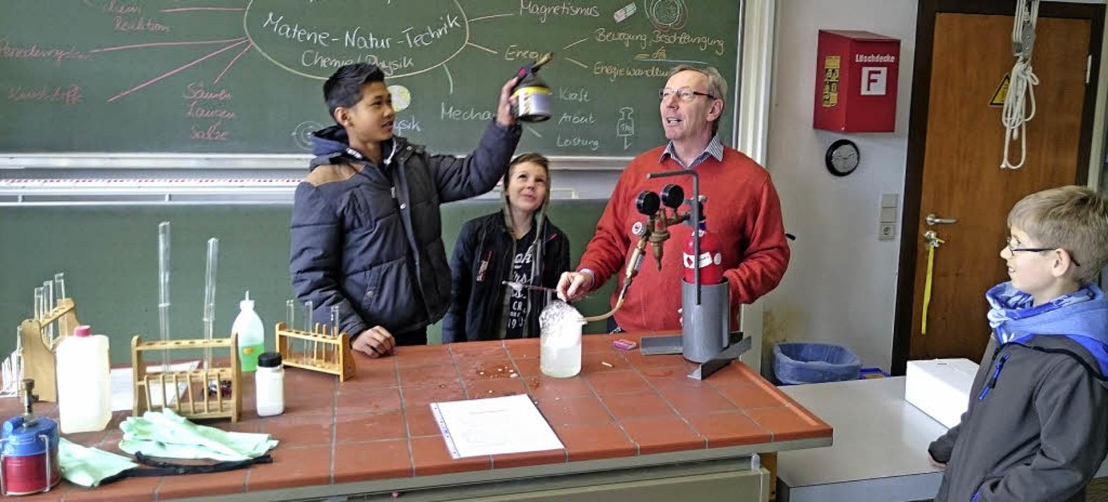 Dieter Beier lässt es  im Chemieraum o...uer, ein Feuerball leuchtet kurz auf.     Foto: David Eickhoff