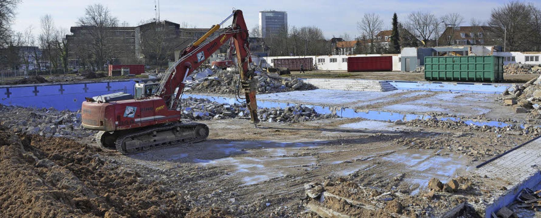 Bagger  statt Badefreuden: Das Stegermatt-Freibad in Offenburg wird abgerissen  | Foto: Helmut Seller