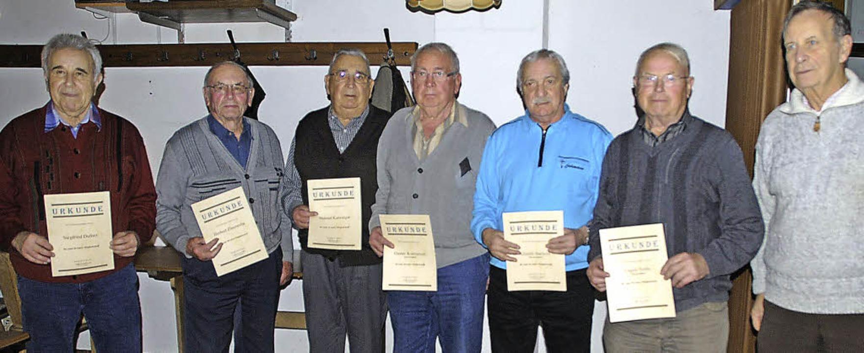 Für langjährige Vereinstreue ehrte der... Ambs sowie Schiedsrichter Karl Ambs.     Foto: manfred frietsch