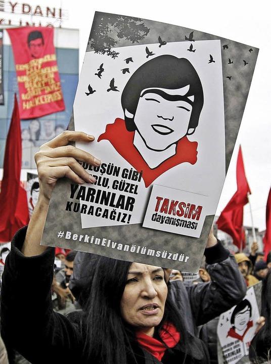 Ein Trauermarsch  für  Berkin Elvan  in Istanbul am  vergangenen Samstag   | Foto: dpa/AFP