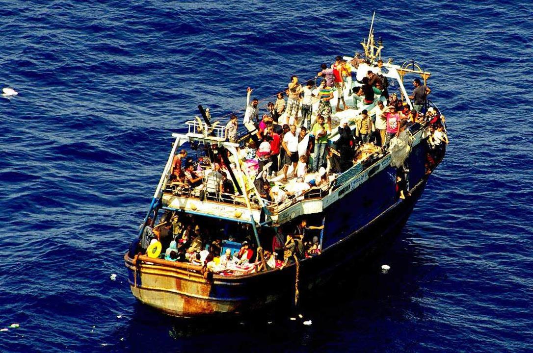 Diese Flüchtlinge auf dem rostigen   K...ne gesichtet, versorgt  und gerettet.   | Foto: afp