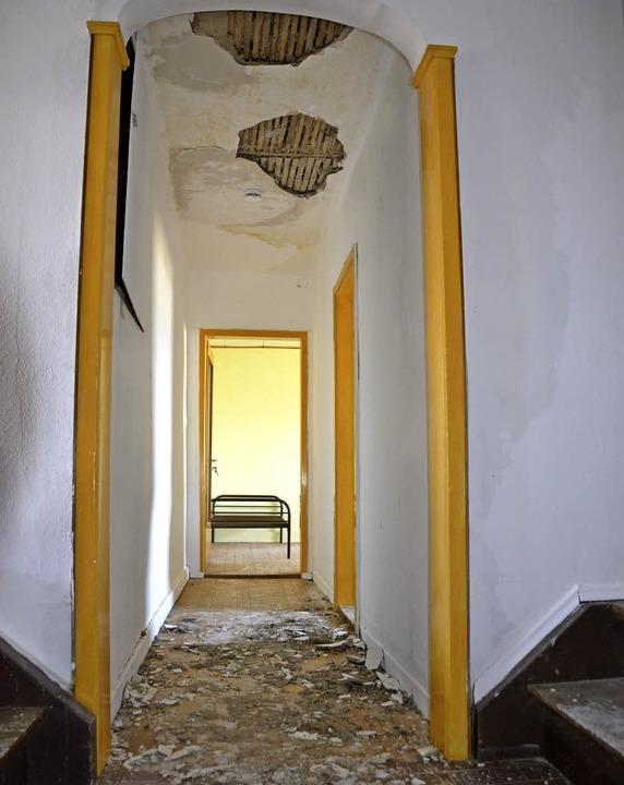 Die Täter setzten das Gebäude unter Wa... Dadurch lösten sich Teile der Decke.   | Foto: Felix Held