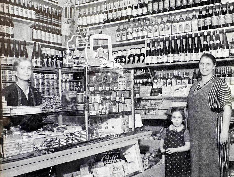 Das war Anfang der 50er Jahre: Rosa Se...nen Tochter Elfriede im eigenen Laden.    Foto: Repro: Ingo Schneider