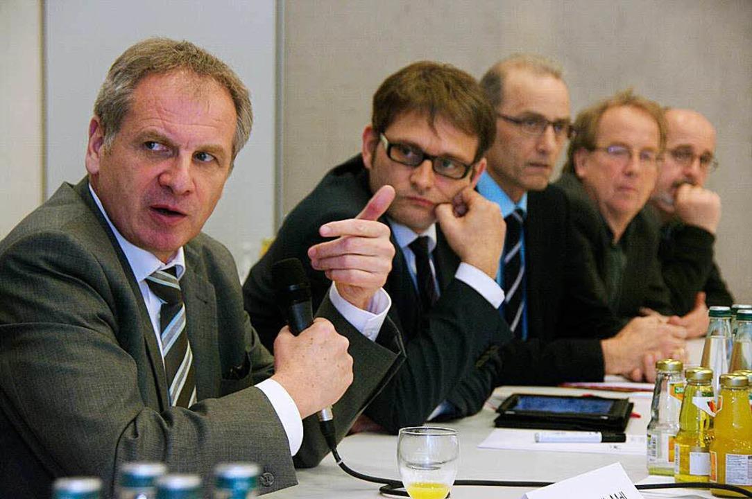 Innenminister Reinhold Gall bei der Di...ommunalpolitikern aus dem Sulzbachtal.  | Foto: Martin Pfefferle