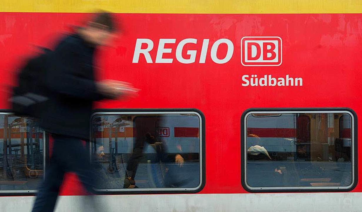 Die dezentrale Struktur in Baden-Württ...Auch mit einem Ausbau des Nahverkehrs.  | Foto: dpa