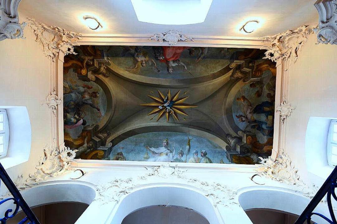 Himmlische Kulisse:  Treppenhaus mit Deckengemälde  | Foto: Ingo Schneider
