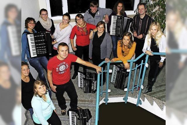 Die Akkordeonjugend Hochschwarzwald musiziert in der Schwarzwaldhalle St. Märgen