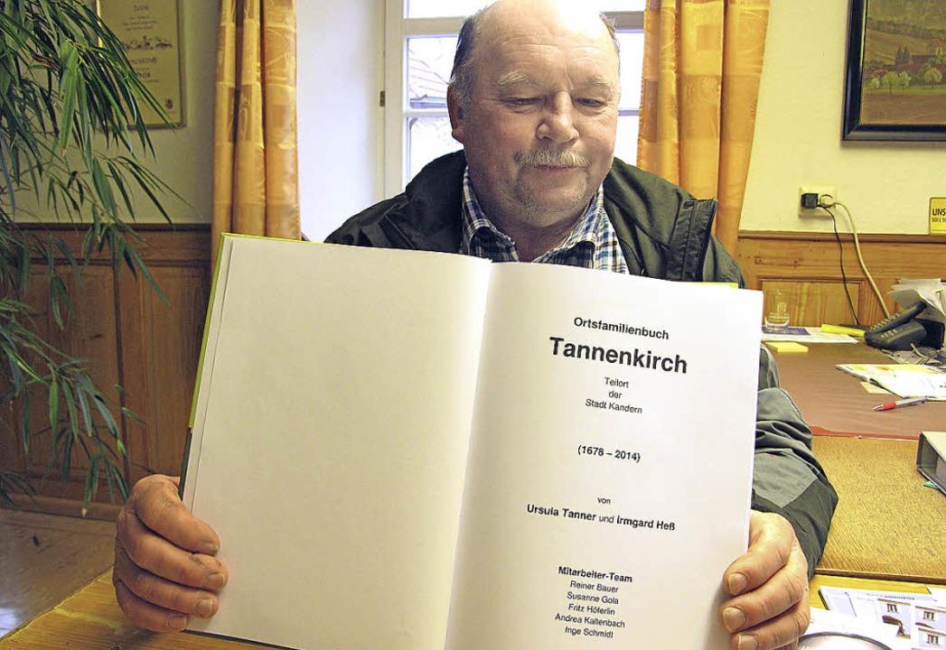 Ortsvorsteher Fritz Höferlin mit  dem ...euen Tannenkircher Ortsfamilienbuches.  | Foto: Jutta Schütz