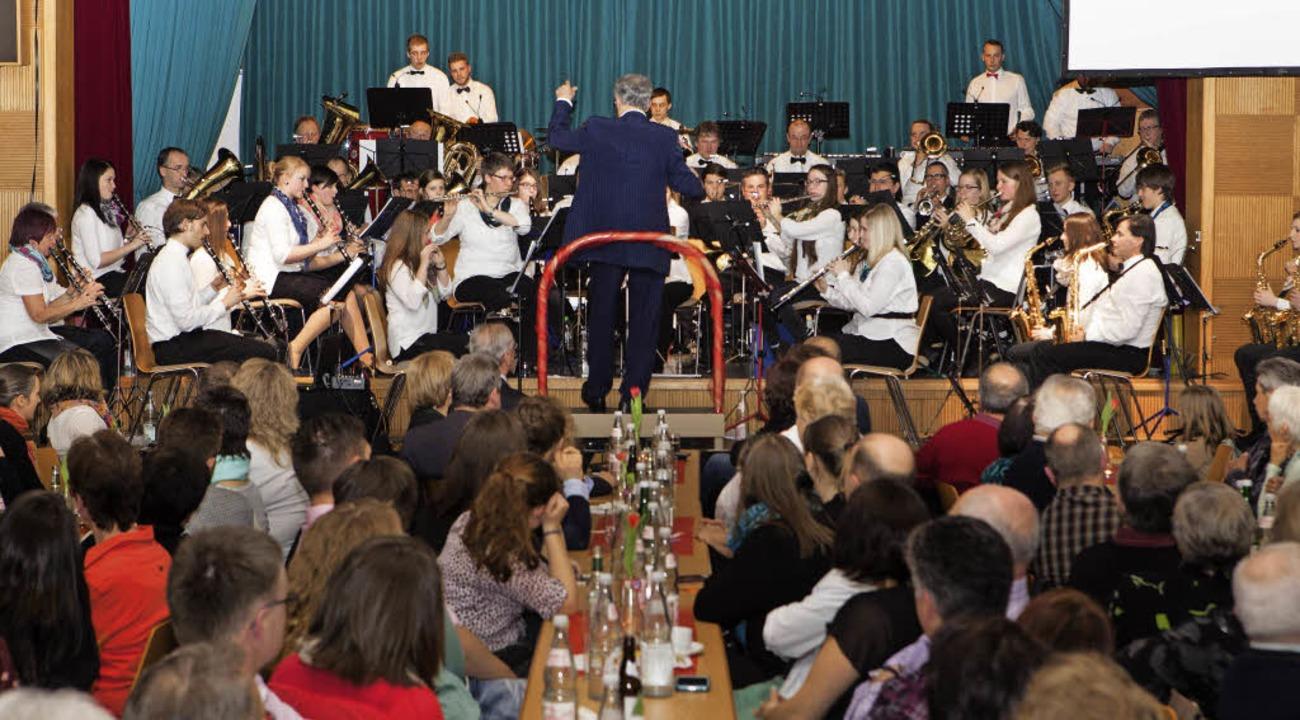 Die Musikkapelle Siensbach präsentiert...ür ihre langjährige Treue zum Verein.   | Foto: Fotos: Gabriele Zahn