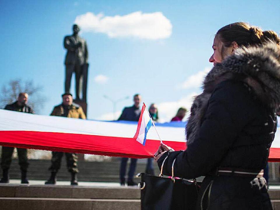 Lenin schaut zu: Vor einem Jahr wurde ...er großen russischen Fahne geschmückt.  | Foto: dpü