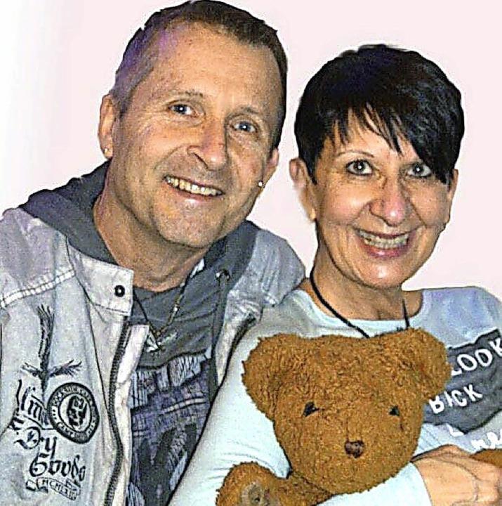 Bernd und Birgit Goldschmidt mit ihrem braunen Bären     Foto: Privat