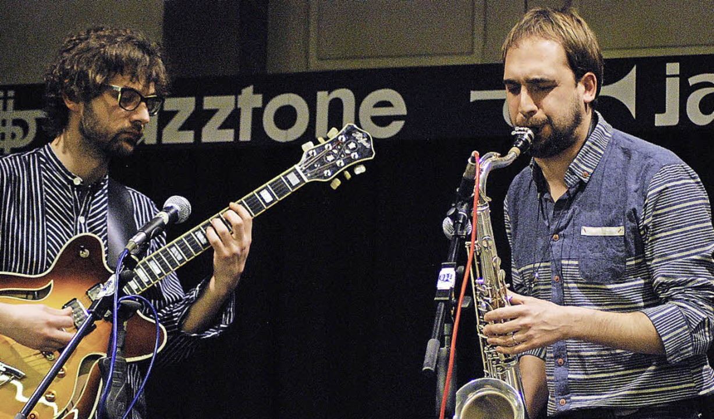 Leonhard Kuhn (Gitarre) und Matthieu B...e verjazzten Chansons von Édith Piaf.     Foto: Thomas Loisl Mink