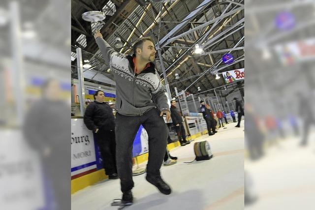 Eisstockschützen des EHC hatten Spaß beim Turnier in der Franz-Siegel-Halle
