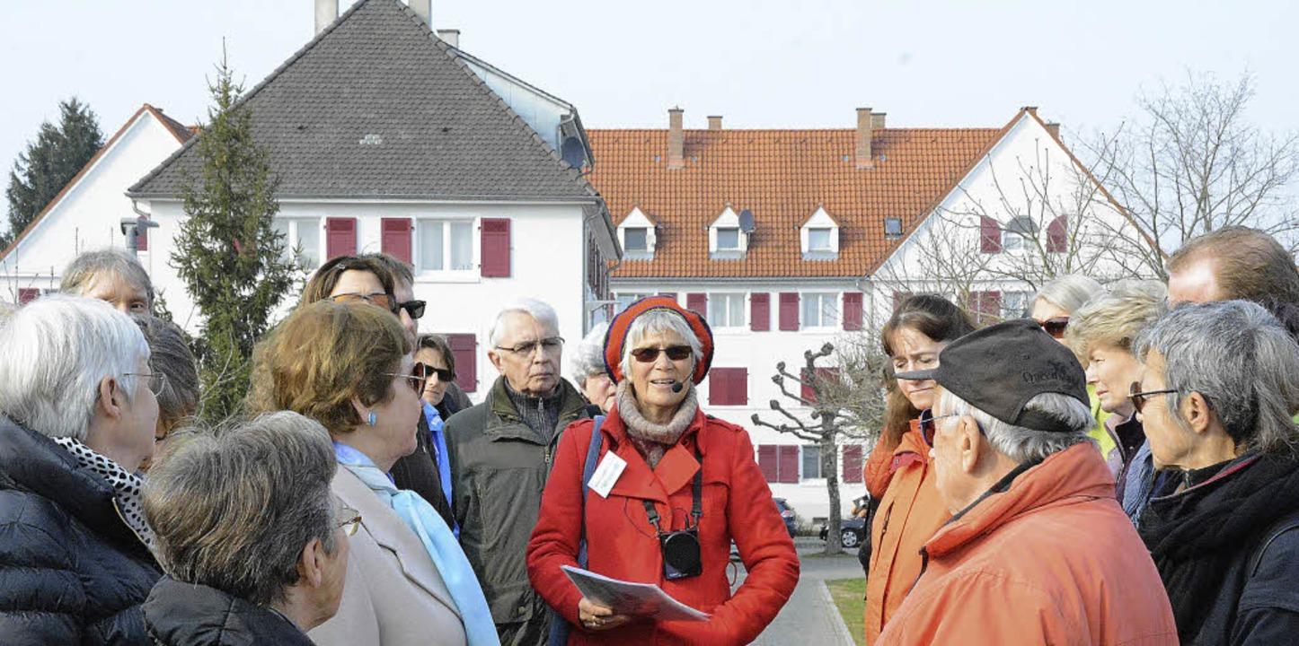 Stadtführerin Hildegard Vierhuff-Bocks...n vor einem der typischen Wohnhäuser.   | Foto: Lauber