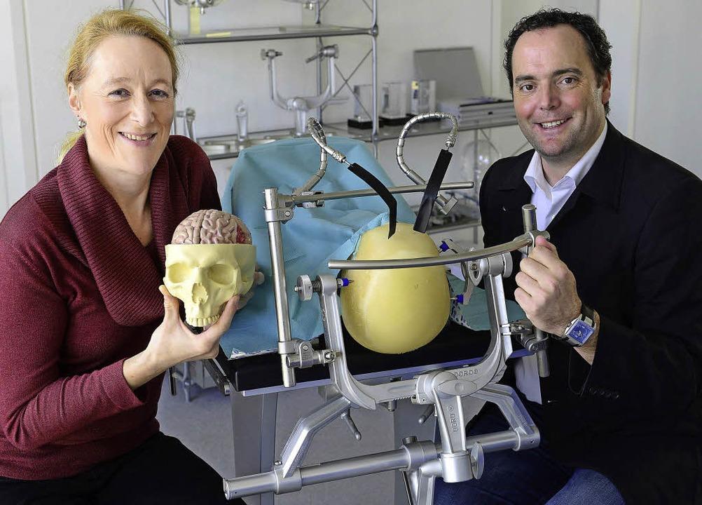 Wenn am Gehirn operiert wird, kommt es...ihre Produkte an einem Schädelmodell.     Foto: Ingo Schneider