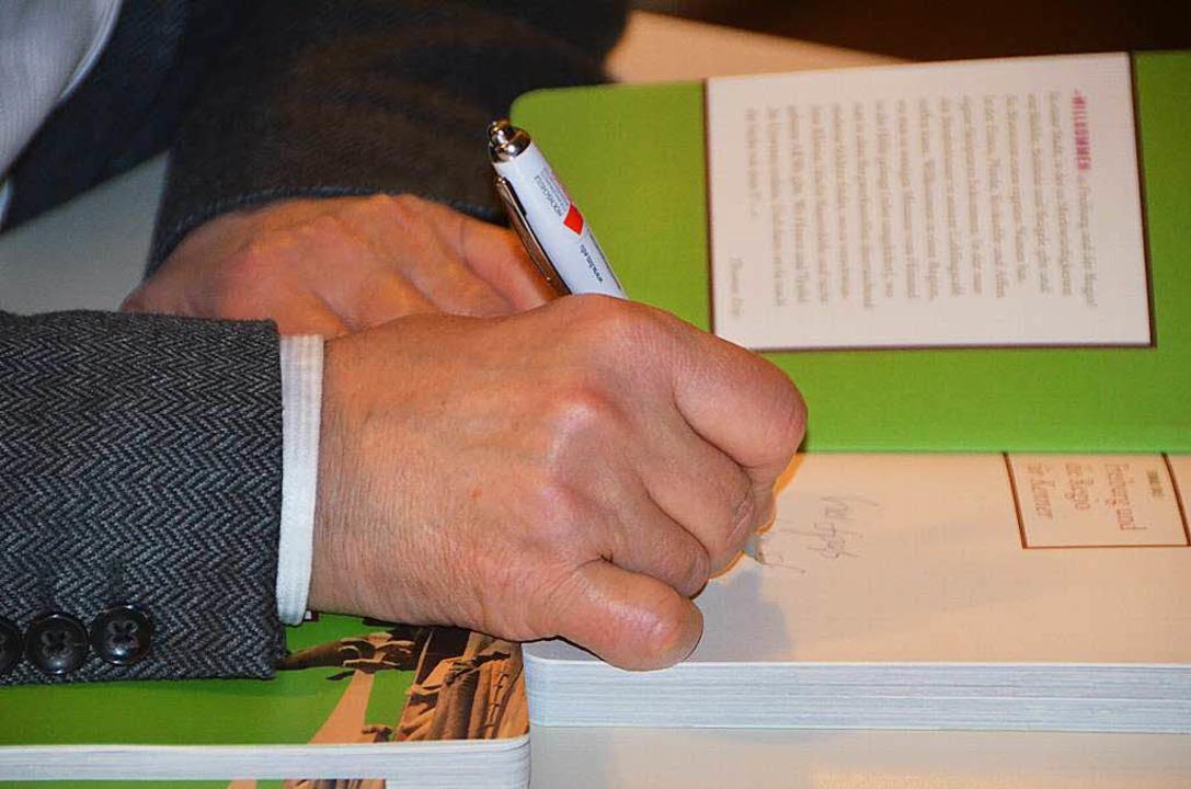 Persönlich signiert – ja bitte! ...erschreibt seine Bücher beim BZ-Dialog  | Foto: Sylvia-Karina  Jahn