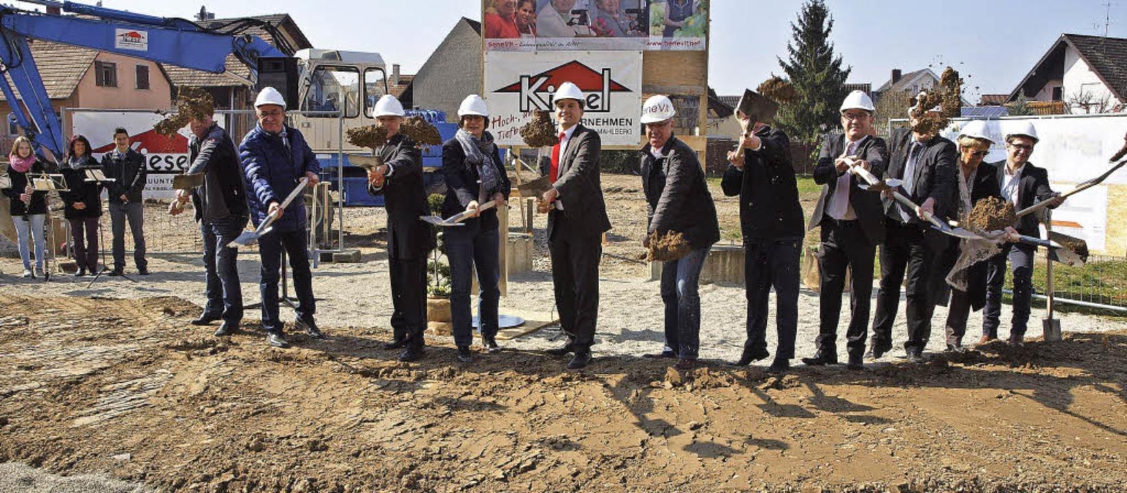 Schwungvoller Baustart: Die ersten sym...tich für das neue Pflegeheim in Wyhl.   | Foto: Michael Haberer