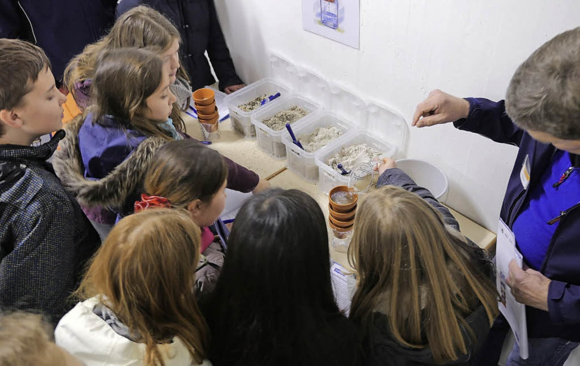 Schüler der 5c des Goethe-Gymnasiums f...Wasser mit Hilfe von Sedimentschichten  | Foto: Julian Burmeister