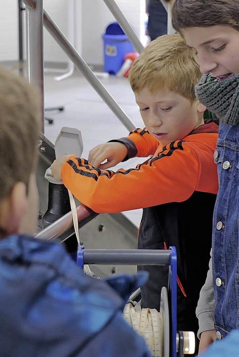 Wie hoch ist der Wasserstand? Emmendinger Schüler messen nach.  | Foto: Julian Burmeister