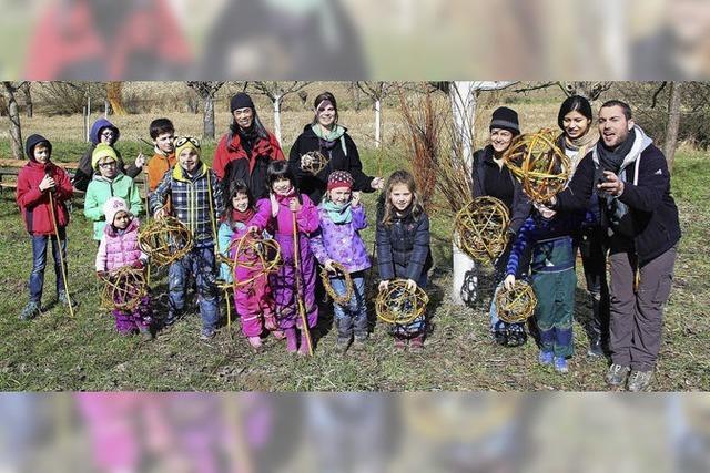 Kinder basteln mit Weidenruten