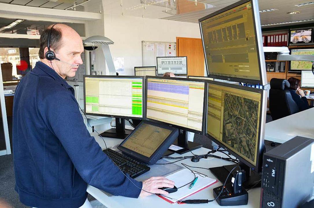 Leitstellenleiter Roland Schmucker bei der Arbeit   | Foto: Felix Held