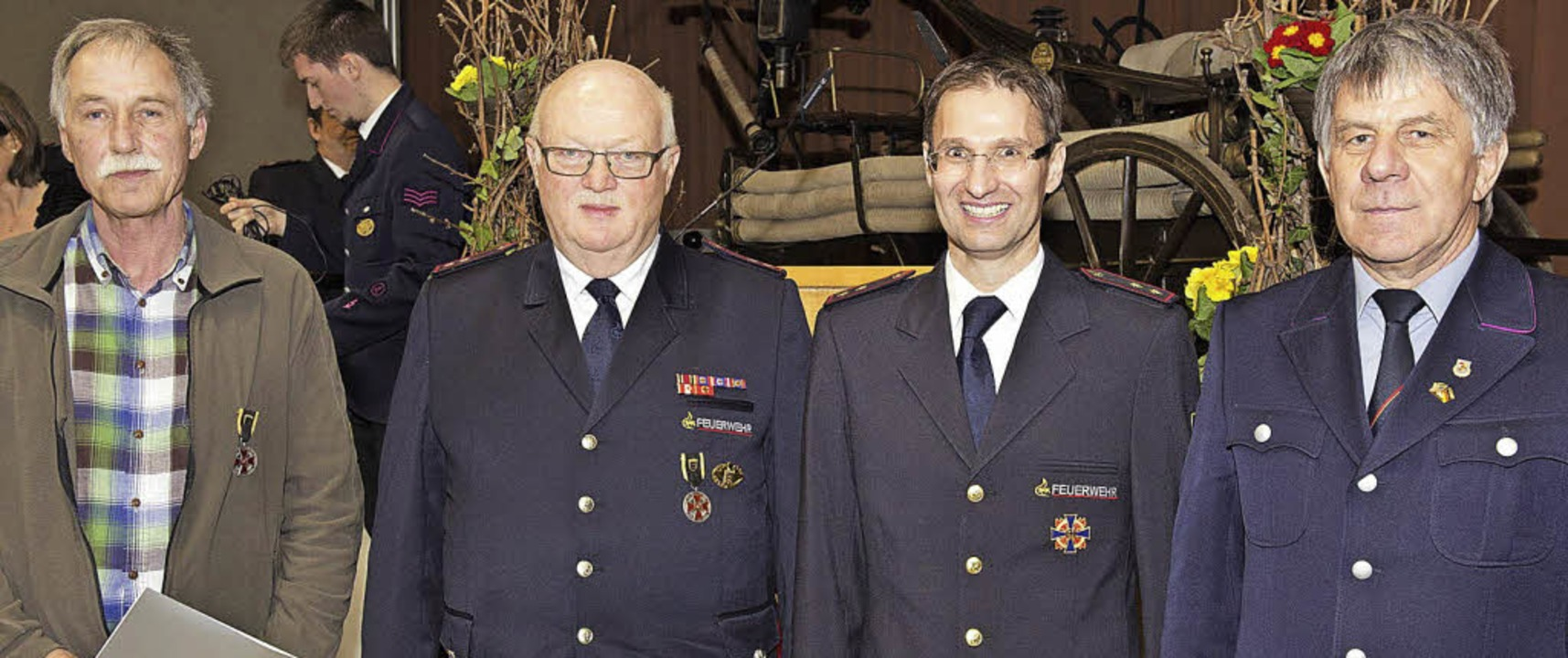 Die silberne Ehrenmedaille des Landesw... Karlheinz Müller geehrt (von links).   | Foto: Münch
