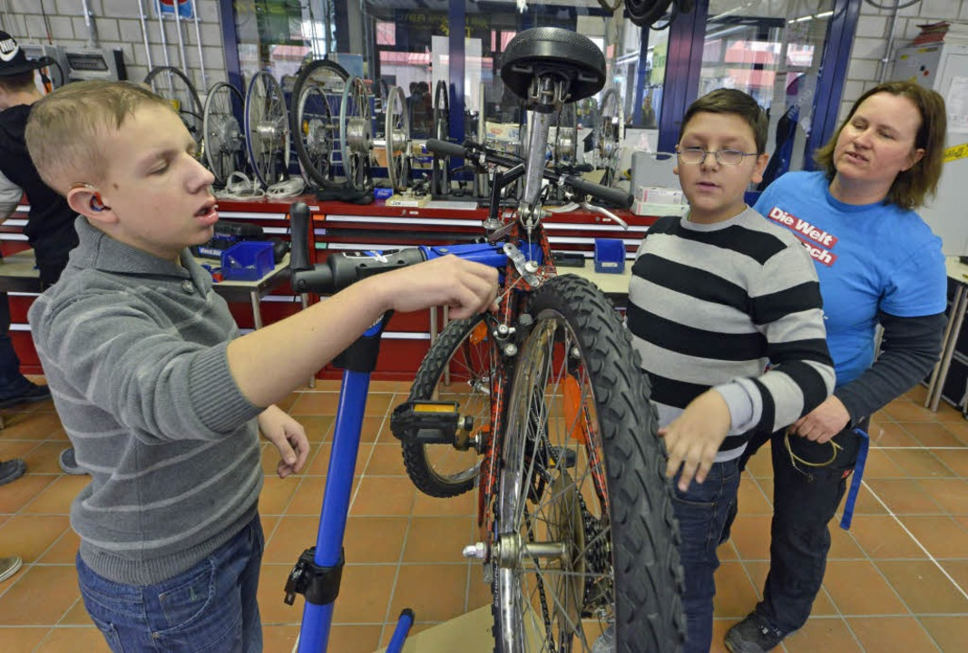 Zweiradmechaniker-Meisterin Tanja Knöf... Schülern, wie man ein Rad repariert.   | Foto: M. Bamberger