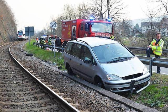 Auto rast bei Hausen im Wiesental ins Gleisbett der S-Bahn