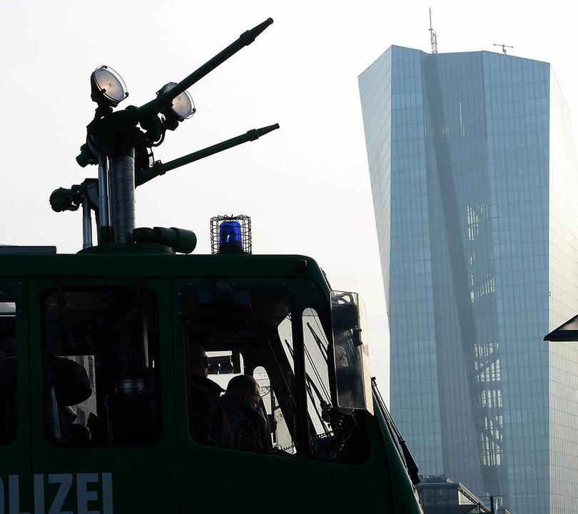 Ein Wasserwerfer  steht vor dem  EZB-Neubau.  | Foto: dpa