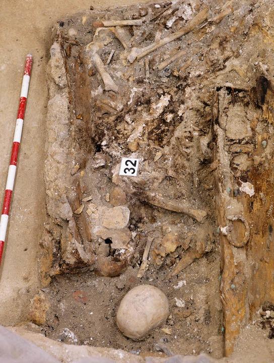 Unter diesen vielen Knochen in dem Gra... auch die Gebeine von Cervantes sein.   | Foto: AFP