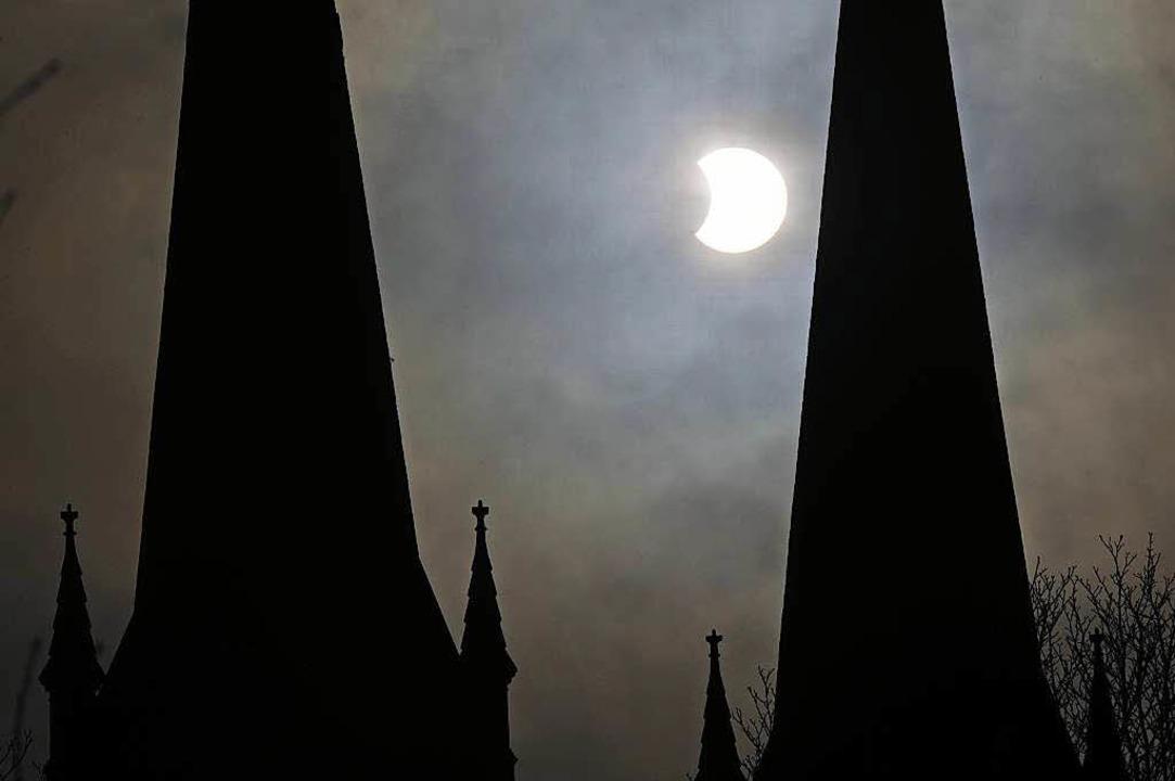 Am Freitag wird sich der Mond vor die ...er Johanneskirche aus dem Jahr  2011.   | Foto: Archivbild: Patrick Seeger