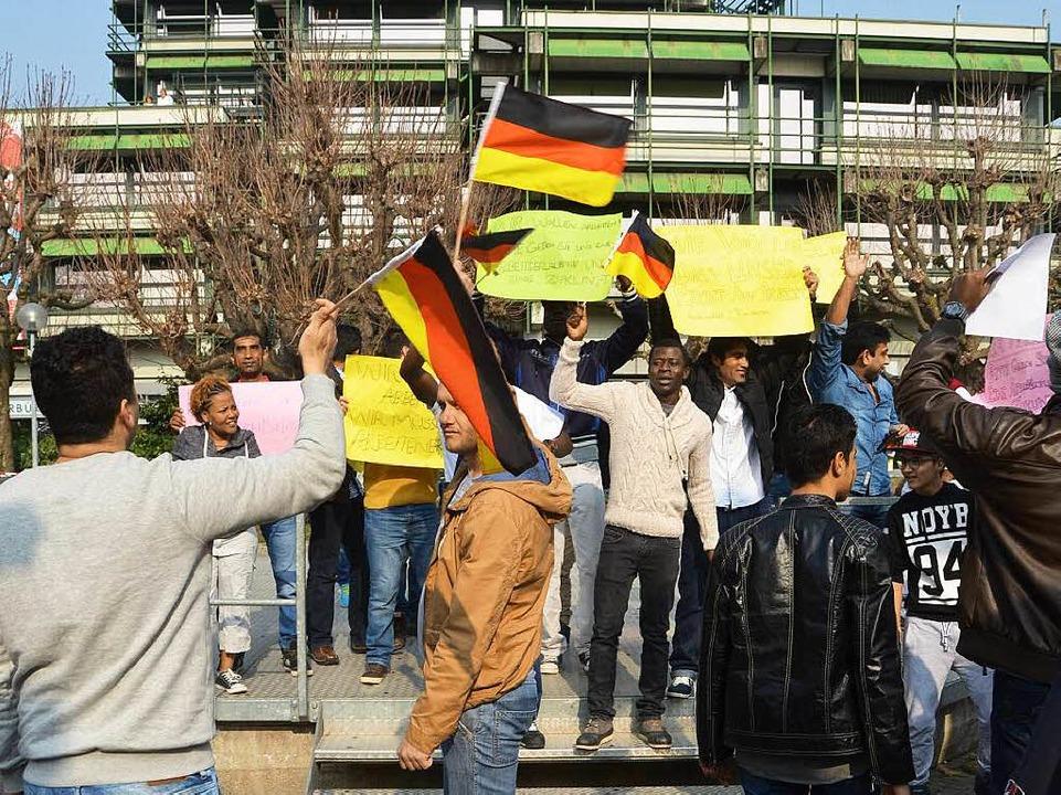 Asylbewerber fordern vor dem Rathaus, ...en der Ausländerabteilung zu bekommen.  | Foto: Peter Gerigk
